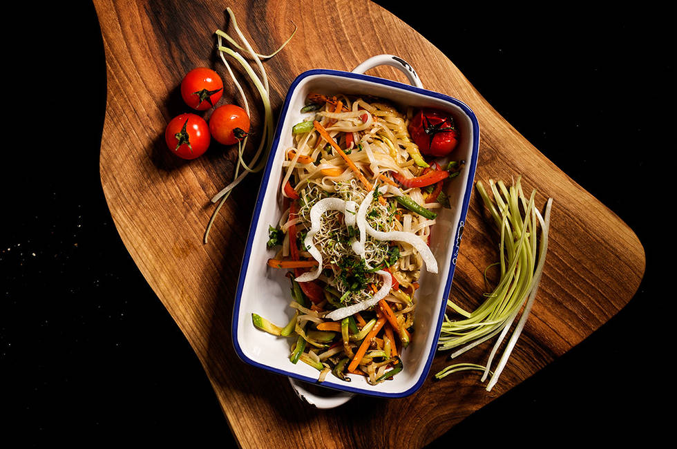 Зеленчуково стю с пикантни оризови спагети и сусам снимка