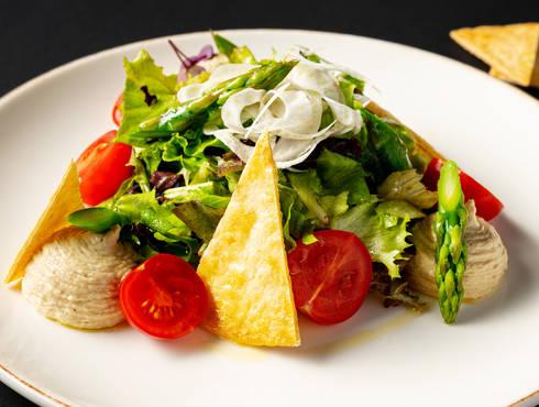 Хумус със свежи зелени аспержи снимка