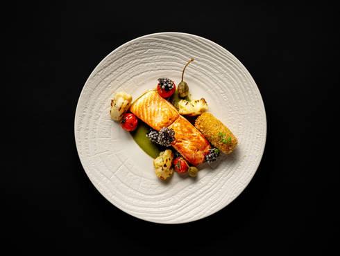 Сьомга със запечени чери домати, каперси photo