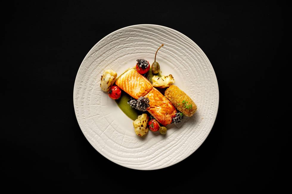 Сьомга със запечени чери домати, каперси снимка