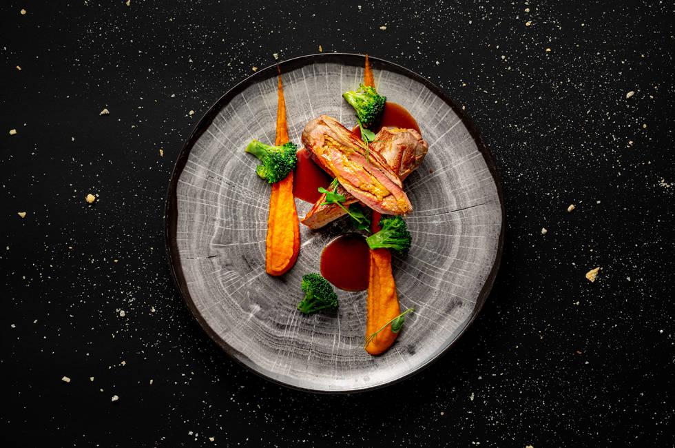 Свинско бон филе с плънка от кедрови ядки и праскови снимка